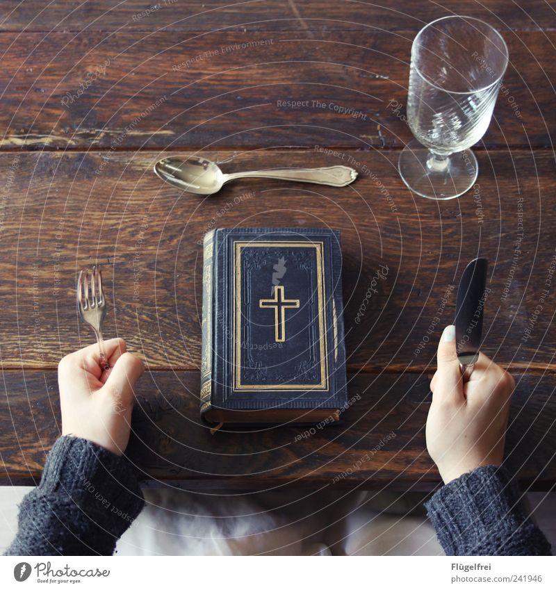 Was setzt die Kirche uns vor? Mensch Essen Ernährung Religion & Glaube genießen Bildung Kreuz Christentum Wissen Vogelperspektive Besteck Faust Bibel Holztisch