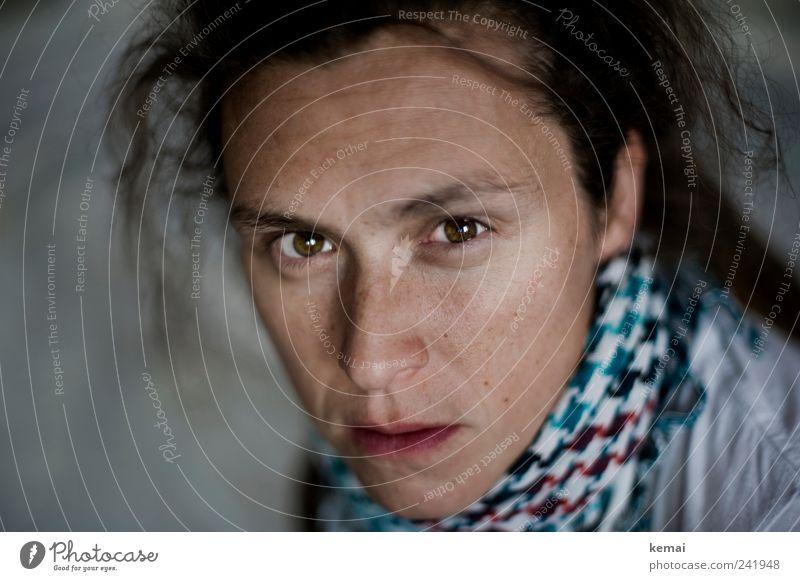 Wüst Mensch feminin Frau Erwachsene Leben Kopf Haare & Frisuren Gesicht Auge Nase Mund 1 30-45 Jahre Schal Halstuch Blick Ärger gereizt Feindseligkeit