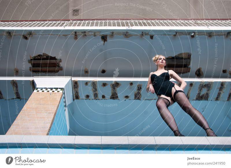 #241950 Frau schön Erwachsene kalt Erotik Architektur Stil Mode blond elegant ästhetisch Perspektive stehen Coolness Körperhaltung Schwimmbad
