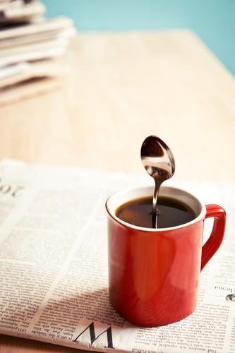 Palim Palim Kaffee Tasse Löffel Tisch Arbeitsplatz Wirtschaft Business Printmedien Zeitung Zeitschrift stehen lustig stark rot schwarz skurril Abo Information