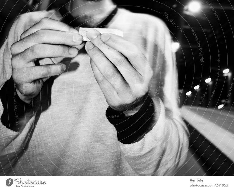 selbstgedreht ist billiger... Rauchen Nachtleben Mensch maskulin Junger Mann Jugendliche Brust Arme Hand 1 18-30 Jahre Erwachsene Fußgänger Straße Pullover