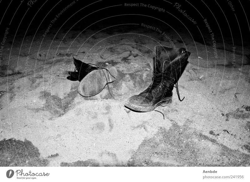 Fundstück Strand authentisch Schuhe Stiefel abgetreten Sand Kontrast Lederschuhe Schwarzweißfoto Menschenleer Nacht Kunstlicht Blitzlichtaufnahme