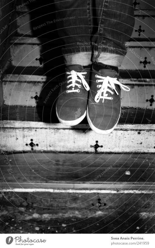 tod im freibad. maskulin Beine Fuß 1 Mensch Treppe Mauer Wand Hose Schuhe Turnschuh springen einzigartig kalt dünn trashig Tod Schwarzweißfoto Innenaufnahme