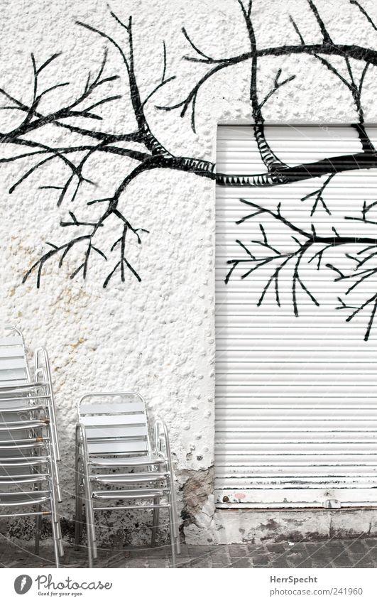 Biergarten im Winter? Sessel Stuhl Restaurant ausgehen Gebäude Mauer Wand kalt trashig trist schwarz weiß Einsamkeit Lokal Straßencafé geschlossen Stapel