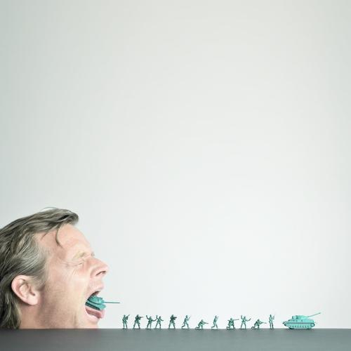 waffenlieferung Mensch Gesicht Menschengruppe Haare & Frisuren Kopf Frieden Spielzeug Gewalt Krieg kämpfen Soldat Hass Waffe Politik & Staat Schatten töten