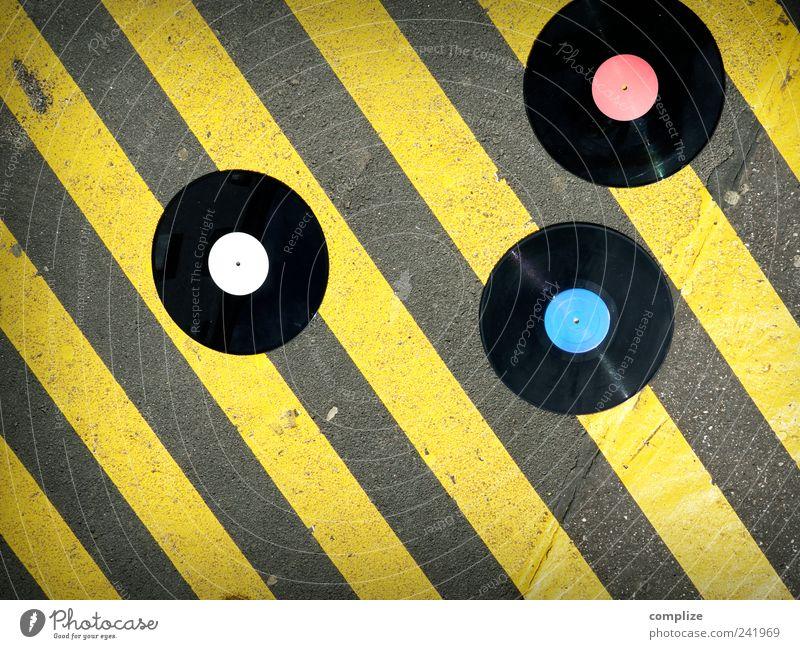 Vinyl gelb Straße Stein Musik Kunst Feste & Feiern Tanzen Beton liegen Disco Club diagonal Stadtzentrum Diskjockey Verbote Schallplatte