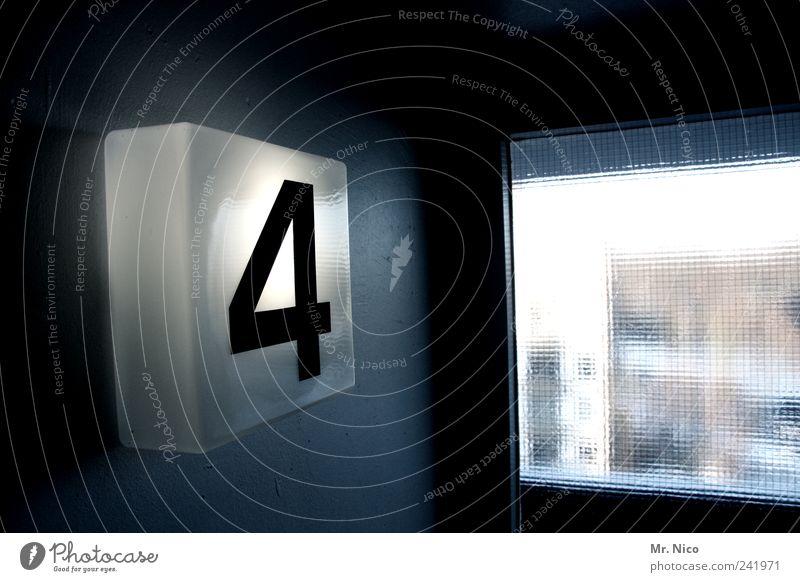 fier Lampe dunkel Fenster Gebäude hell Beleuchtung Tür Hochhaus Ziffern & Zahlen 4 Etage Typographie Flur Treppenhaus zählen Stadthaus