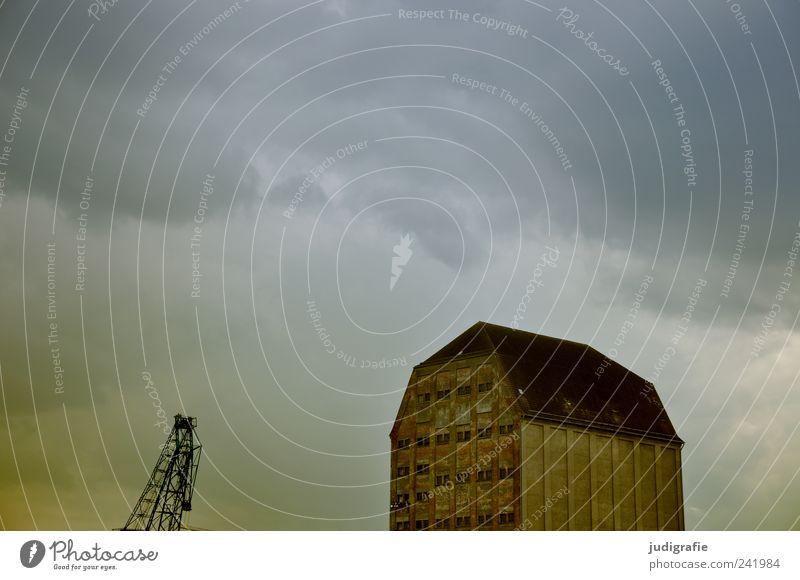 Stralsund Himmel Wolken Gewitterwolken Klima schlechtes Wetter Unwetter Hafenstadt Haus Bauwerk Gebäude Architektur Speicher Kran außergewöhnlich bedrohlich