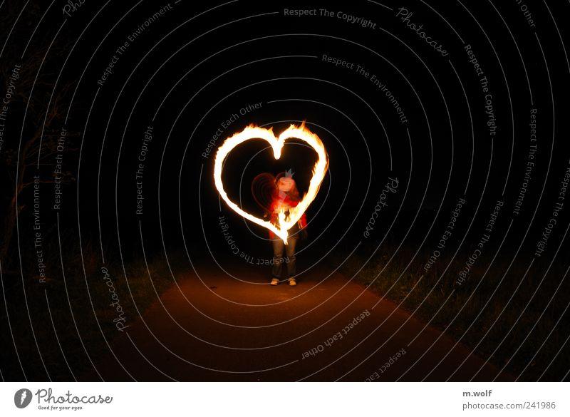 ...in der Nacht Mensch Einsamkeit Straße Graffiti Spielen Gefühle Wege & Pfade Glück Stimmung Freizeit & Hobby Herz Feuer Zeichen Sehnsucht Dorf zeichnen