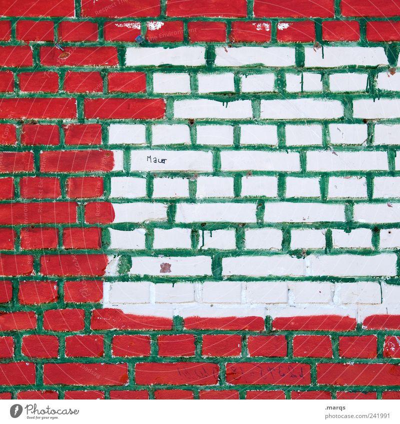 Mauer Baustelle Bauwerk Wand Schriftzeichen Linie bauen einzigartig grün rot weiß Farbe skurril Grenze Farbfoto Außenaufnahme Muster Strukturen & Formen