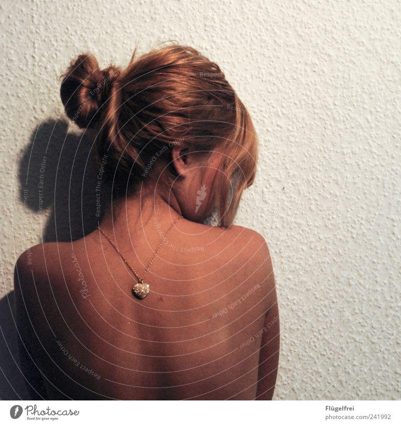 Rauhfasertapetenliebe Mensch Jugendliche Erwachsene feminin gold Rücken Herz 18-30 Jahre nachdenklich Tapete Liebeskummer rückwärts Dutt Symbole & Metaphern