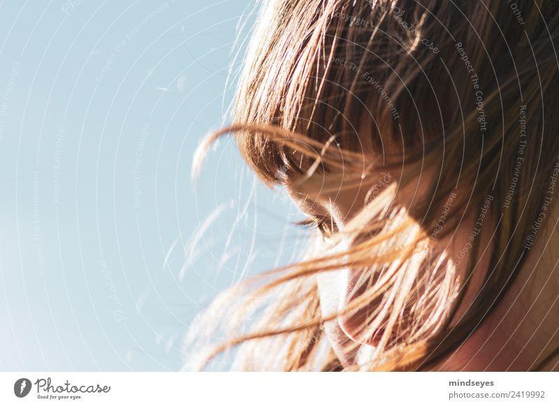 Mädchenportrait mit vom Wind verwehten Haaren feminin Gesicht 1 Mensch 3-8 Jahre Kind Kindheit Himmel Wolkenloser Himmel Sonnenlicht Haare & Frisuren blond