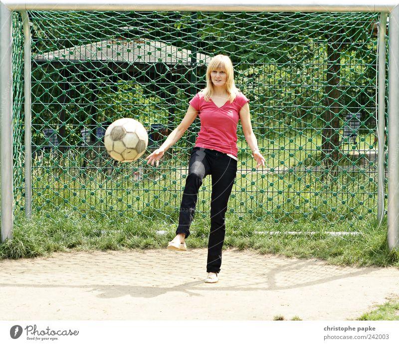 11 Freundinnen müsst ihr sein! Mensch Jugendliche Sport feminin Spielen Fußball blond Erwachsene Freizeit & Hobby sportlich anstrengen Fußballplatz Junge Frau