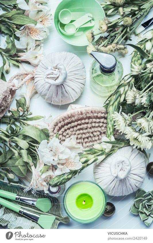 Grünes Wellness mit Massage Compress Kräuter Ball und Blumen Lifestyle Stil Design schön Körperpflege Kosmetik Erholung ruhig Kur Spa Natur Geschwindigkeit