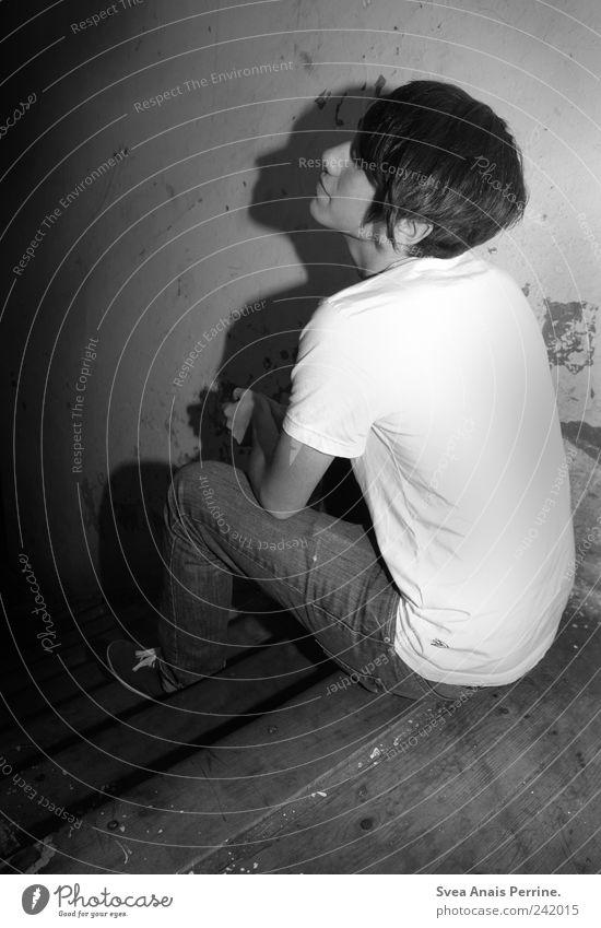 schlagschatten. Mensch Jugendliche Traurigkeit dreckig Erwachsene maskulin sitzen Trauer Treppe Jeanshose T-Shirt trashig Sorge 18-30 Jahre