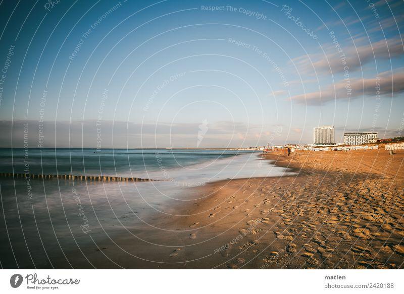 Warnemünde Himmel blau Wasser Landschaft weiß Wolken Strand Frühling Küste braun Sand Horizont Wellen Hochhaus Schönes Wetter Bauwerk