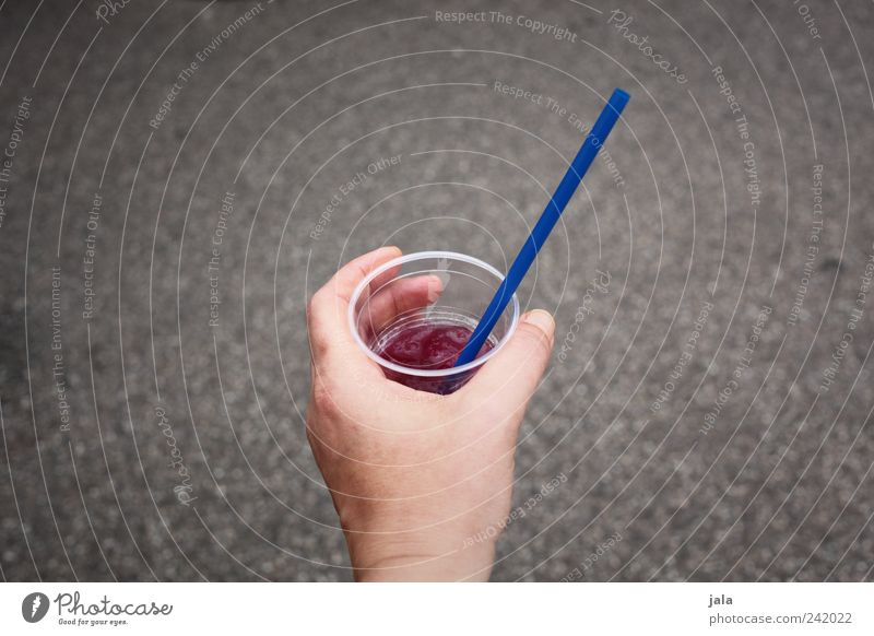 softdrink Mensch blau Hand grau Finger Getränk trinken violett lecker Alkohol Becher Saft Trinkhalm Erfrischungsgetränk Limonade haltend