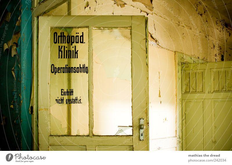OPERATIONSABTEILUNG Menschenleer Ruine Bauwerk Gebäude Architektur Mauer Wand Fenster Tür Schriftzeichen Schilder & Markierungen alt ästhetisch außergewöhnlich