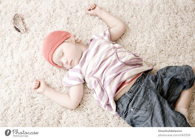 Der Tag war lang und herrlich.... Mensch Kind rot Mädchen ruhig Erholung Leben Gefühle klein träumen Stimmung hell Kindheit Arme Wohnung liegen