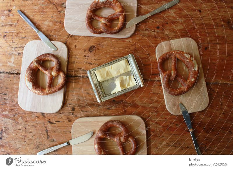 Butter - Brezeln Pic 100 Teigwaren Backwaren Frühstück Messer Vorfreude 4 Schneidebrett Lebensmittel Holztisch Appetit & Hunger butterdose Gedeck genießen Mitte