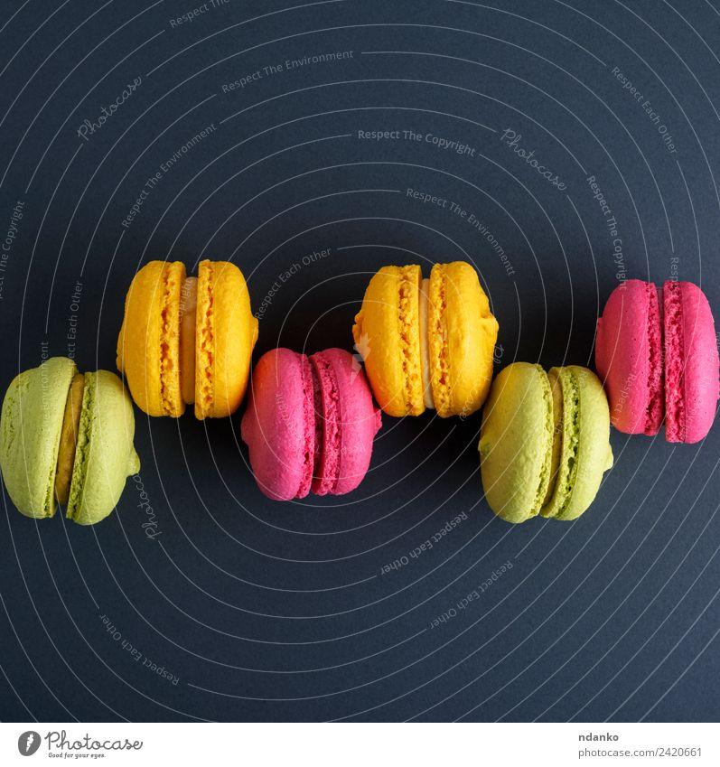 Reihe von mehrfarbigen Kuchen Dessert Süßwaren Essen hell gelb grün rosa schwarz Farbe Macaron Hintergrund Lebensmittel farbenfroh Vanille Französisch Aussicht