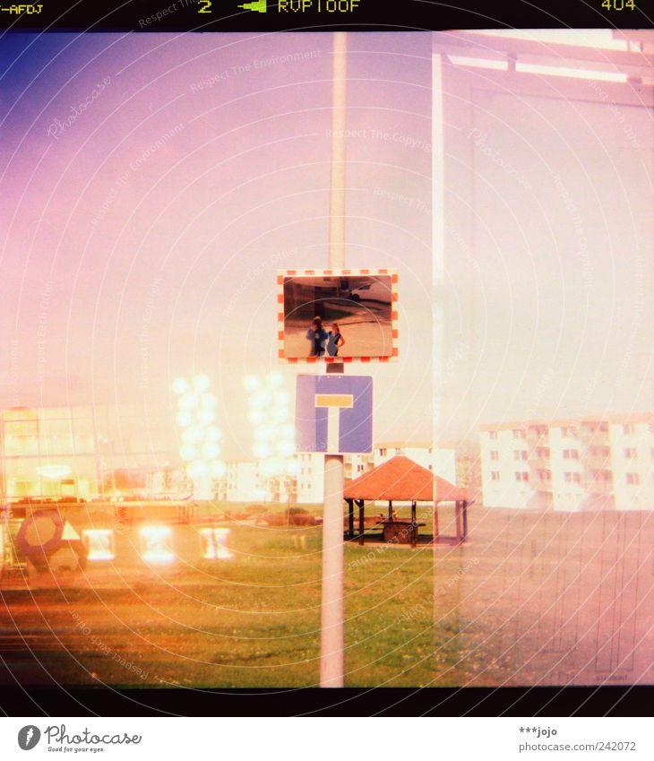 -AFDJ 2 > RVP100F 404 Stadt Haus Architektur Wege & Pfade Gebäude rosa modern retro Ziffern & Zahlen Rasen violett Spiegel analog Doppelbelichtung Selbstportrait Brille