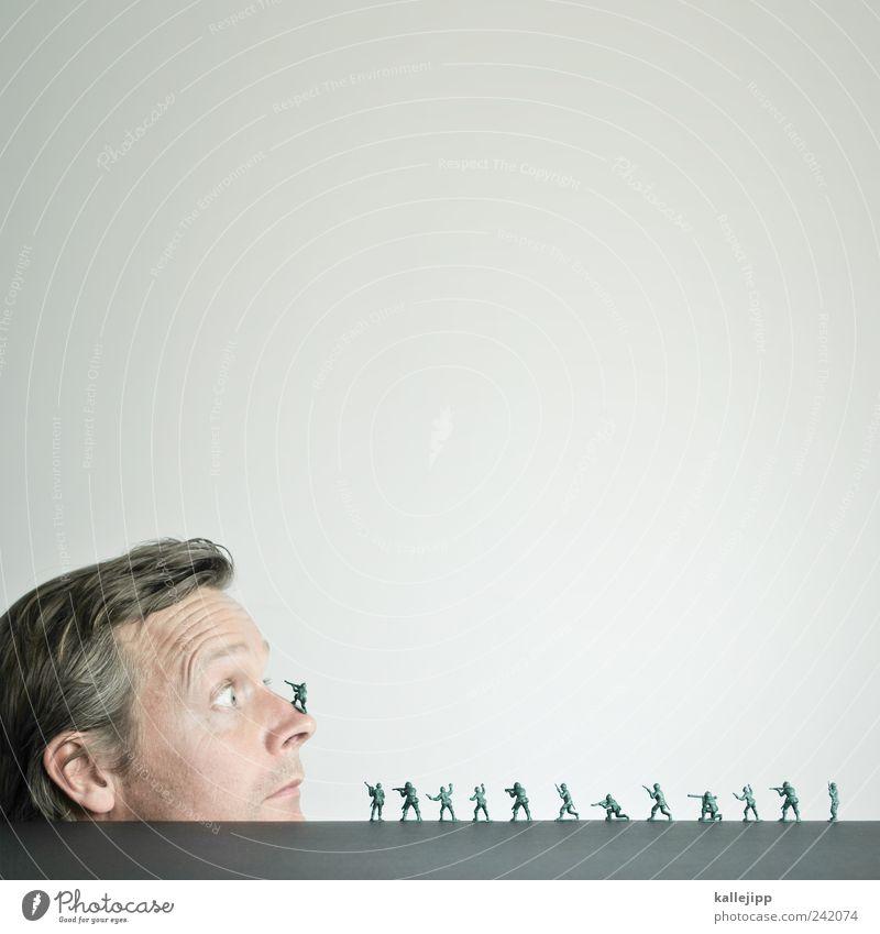 invasion Mensch Mann Menschengruppe Erwachsene klein maskulin Nase groß Macht Frieden Spielzeug Gewalt Krieg Soldat Waffe Politik & Staat