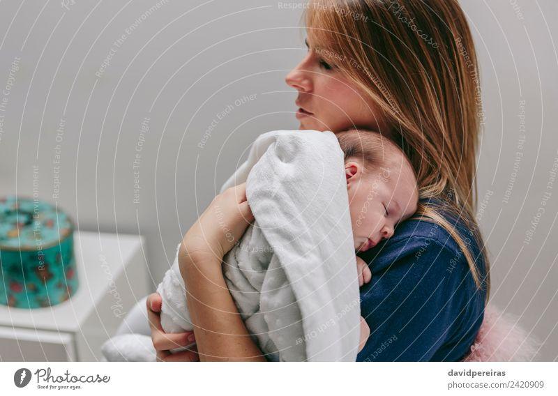 Mutter umarmt ihr schlafendes Babymädchen. Lifestyle schön ruhig Schlafzimmer Kind Mensch Frau Erwachsene Familie & Verwandtschaft Kindheit Arme Hand blond