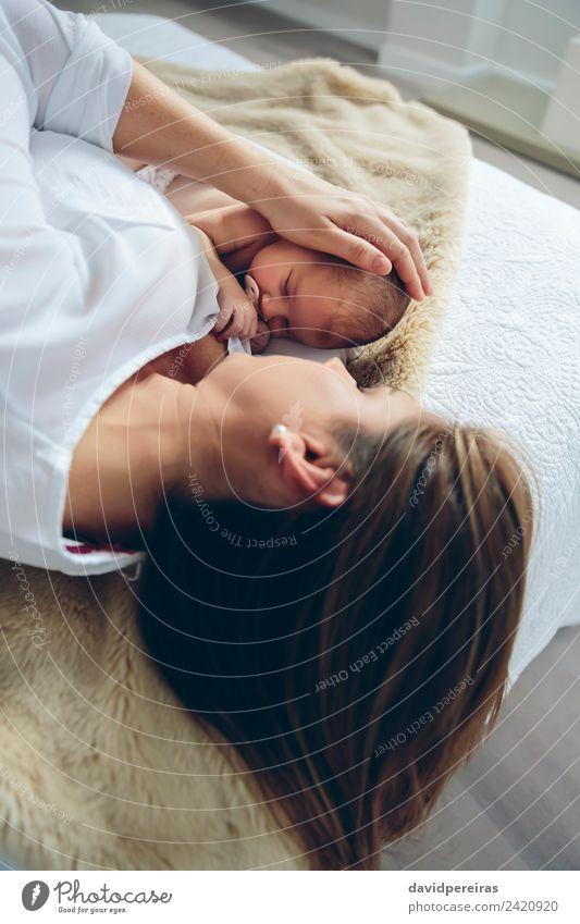 Mutter umarmt ihr neugeborenes Mädchen. Lifestyle elegant Schlafzimmer Kind Mensch Baby Frau Erwachsene Familie & Verwandtschaft Kindheit Liebe Umarmen