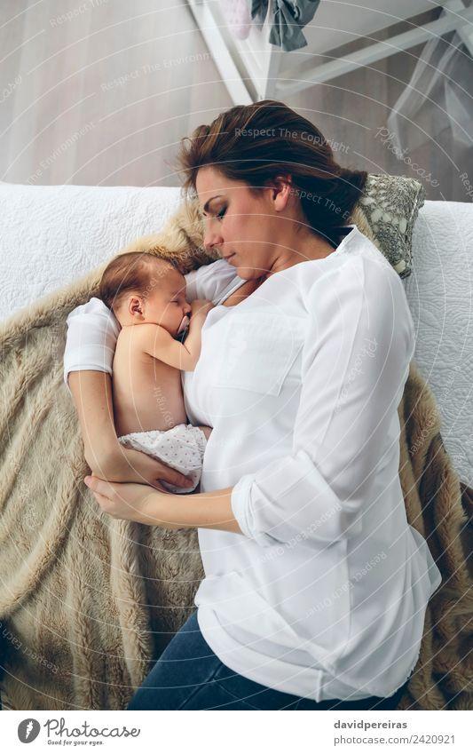 Mutter umarmt ihr neugeborenes Mädchen. Lifestyle elegant schön Schlafzimmer Kind Mensch Baby Frau Erwachsene Familie & Verwandtschaft Fluggerät Liebe Umarmen
