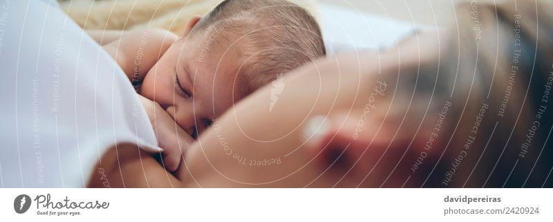 Neugeborenes liegt auf dem Bett mit ihrer Mutter. Lifestyle schön Kind Mensch Baby Frau Erwachsene Familie & Verwandtschaft Liebe schlafen Umarmen authentisch