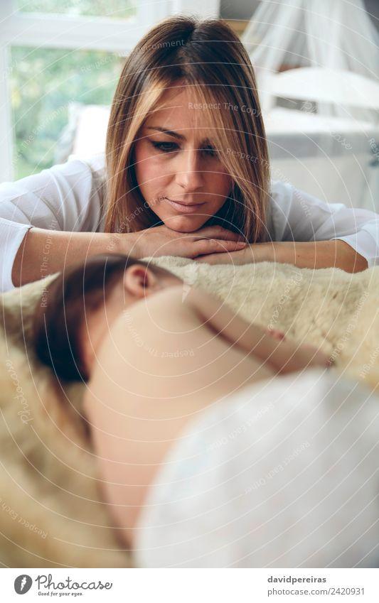 Baby schläft auf einer Decke, während ihre Mutter schaut. schön ruhig Schlafzimmer Kind Mensch Frau Erwachsene beobachten Liebe schlafen authentisch klein