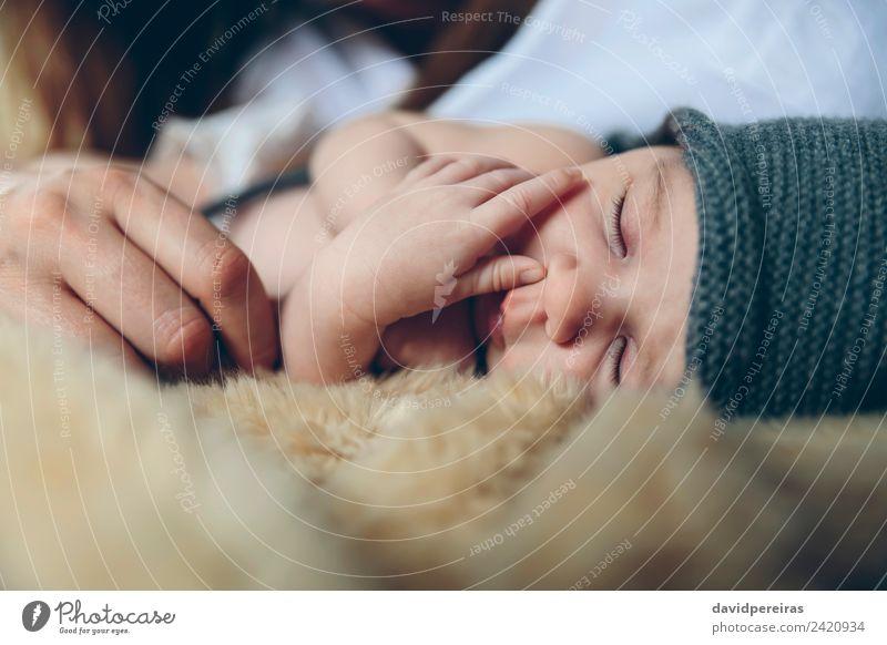 Baby schläft auf einer Decke mit der Hand ihrer Mutter. schön ruhig Schlafzimmer Kind Mensch Frau Erwachsene Familie & Verwandtschaft Hut Liebe schlafen