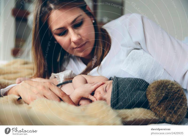 Baby schläft auf einer Decke, während ihre Mutter schaut. schön ruhig Schlafzimmer Kind Mensch Frau Erwachsene Familie & Verwandtschaft Hand Hut Liebe schlafen