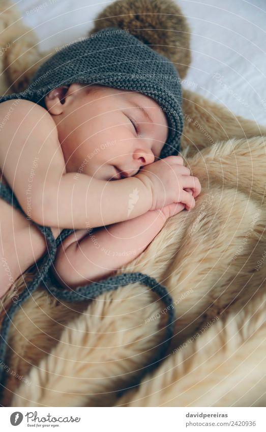 Baby Mädchen mit Pomponhut schlafend schön ruhig Schlafzimmer Kind Mensch Frau Erwachsene Wärme Hut authentisch klein nackt niedlich bequem Leichtigkeit