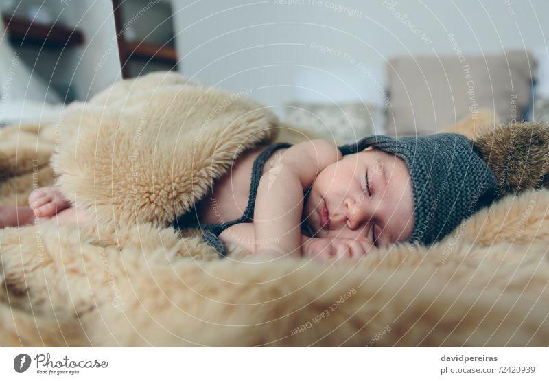 Baby Mädchen mit Pomponhut schlafend schön ruhig Schlafzimmer Kind Mensch Frau Erwachsene Fuß Wärme Hut authentisch klein nackt niedlich bequem Leichtigkeit
