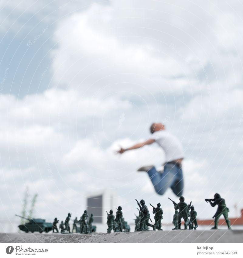 why? Mensch maskulin Mann Erwachsene 1 Menschengruppe 30-45 Jahre springen Treffer fallen Tod Krieg Soldat Guerilla Panzer Spielzeug Angriff Opfer Waffe Gewehr