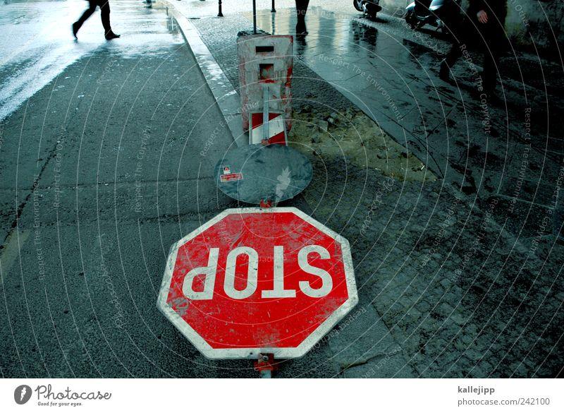 don´t stop me now Mensch Straße laufen Schilder & Markierungen Verkehr Schriftzeichen Hinweisschild stoppen Zeichen Bürgersteig Verkehrswege Personenverkehr