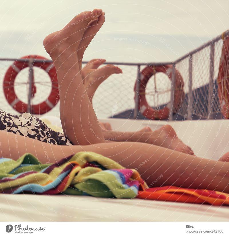 Sommergefühl. Mensch Jugendliche Ferien & Urlaub & Reisen Erwachsene Erholung feminin Beine Fuß Zufriedenheit Zusammensein Ausflug maskulin liegen Wellness