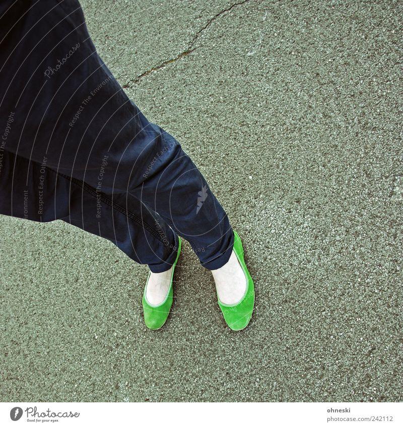 grün Lifestyle Stil Mensch feminin Beine Fuß 1 Mode Bekleidung Hose Schuhe Ballerina stehen Farbfoto mehrfarbig Außenaufnahme Textfreiraum rechts
