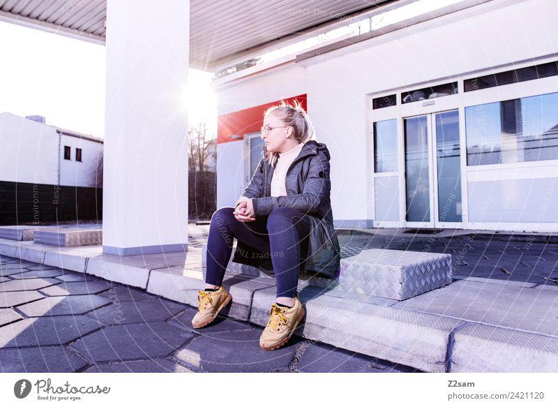 Frau mit Streetwear im urbanen Raum Lifestyle elegant Stil feminin Junge Frau Jugendliche 18-30 Jahre Erwachsene Stadt Industrieanlage Fabrik Jeanshose Jacke