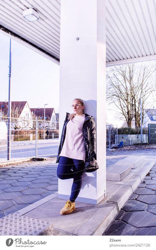 Streetwear Lifestyle elegant Stil feminin Junge Frau Jugendliche 18-30 Jahre Erwachsene Stadt Industrieanlage Mode Kapuzenjacke Brille blond langhaarig stehen