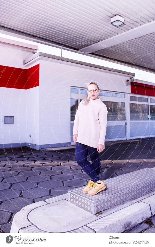L. in the streets Jugendliche Junge Frau Stadt schön 18-30 Jahre Lifestyle Erwachsene feminin Stil Mode rosa Design modern elegant blond ästhetisch