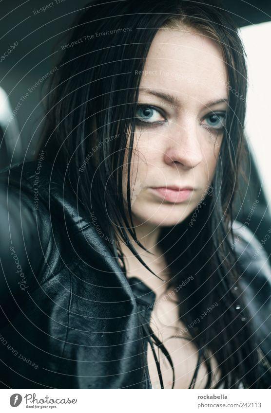 leg deinen kopf an meine schulter. feminin Junge Frau Jugendliche 18-30 Jahre Erwachsene schwarzhaarig langhaarig beobachten Traurigkeit dunkel hoch schön