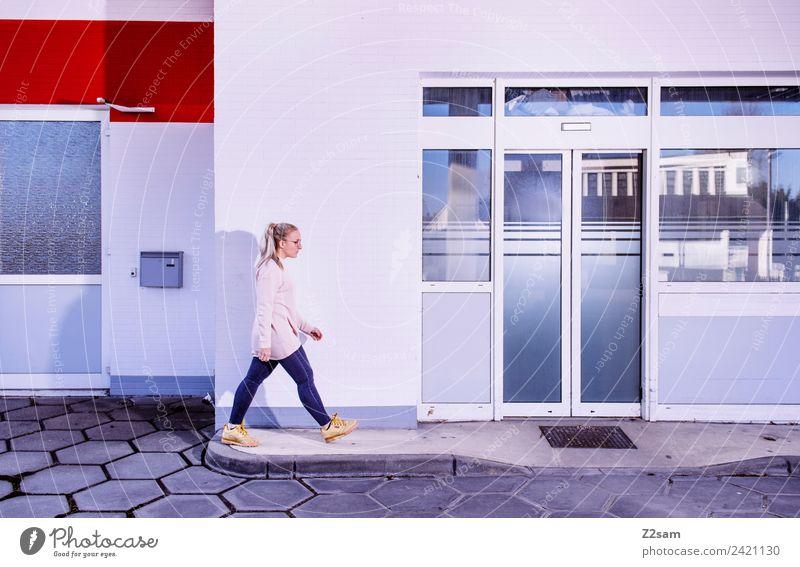 L. in the streets Lifestyle elegant Stil feminin Junge Frau Jugendliche 30-45 Jahre Erwachsene Stadt Industrieanlage Mode Jeanshose Pullover Brille blond