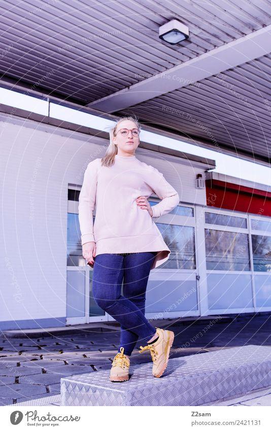 L. in the streets Lifestyle elegant Stil feminin Junge Frau Jugendliche 18-30 Jahre Erwachsene Schönes Wetter Stadt Industrieanlage Mode Jeanshose Pullover