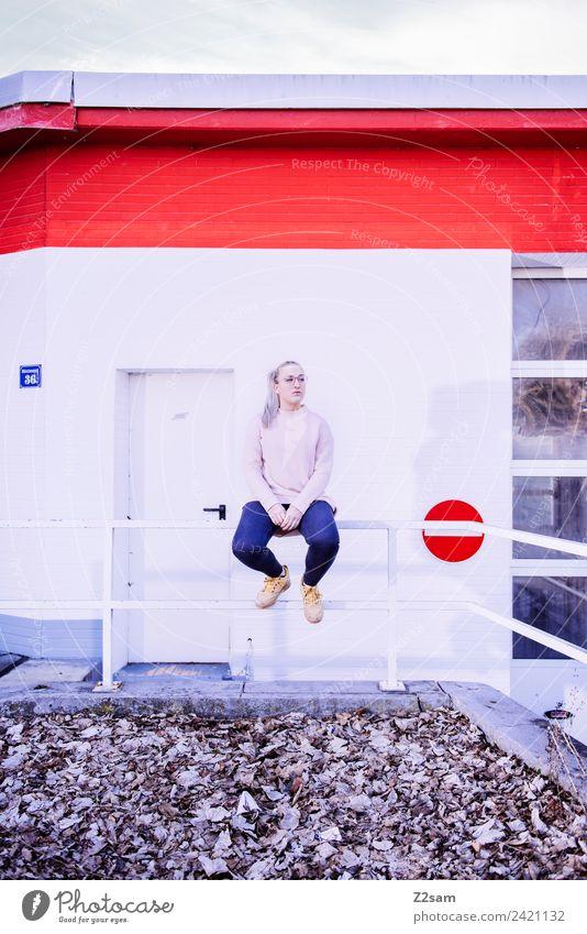 L. in the streets Lifestyle elegant Stil feminin Junger Mann Jugendliche 18-30 Jahre Erwachsene Herbst Schönes Wetter Stadt Industrieanlage Mode Jeanshose