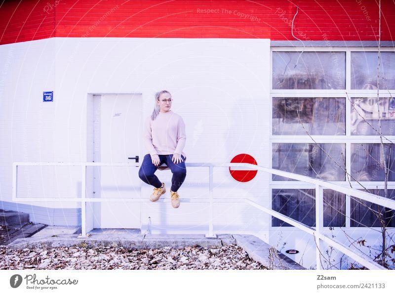 Streetwear 2018 Lifestyle elegant Stil feminin Junge Frau Jugendliche 18-30 Jahre Erwachsene Herbst Stadt Industrieanlage Mode Jeanshose Pullover Brille blond