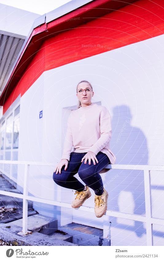 Streetwear 2018 Lifestyle elegant Stil feminin Junge Frau Jugendliche 18-30 Jahre Erwachsene Stadt Industrieanlage Fabrik Mode Jeanshose Pullover Brille blond