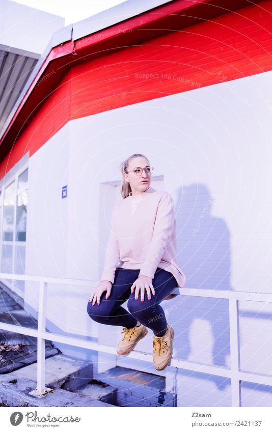L. in the streets Jugendliche Junge Frau Stadt schön 18-30 Jahre Lifestyle Erwachsene feminin Stil Mode rosa Design elegant blond Kraft sitzen